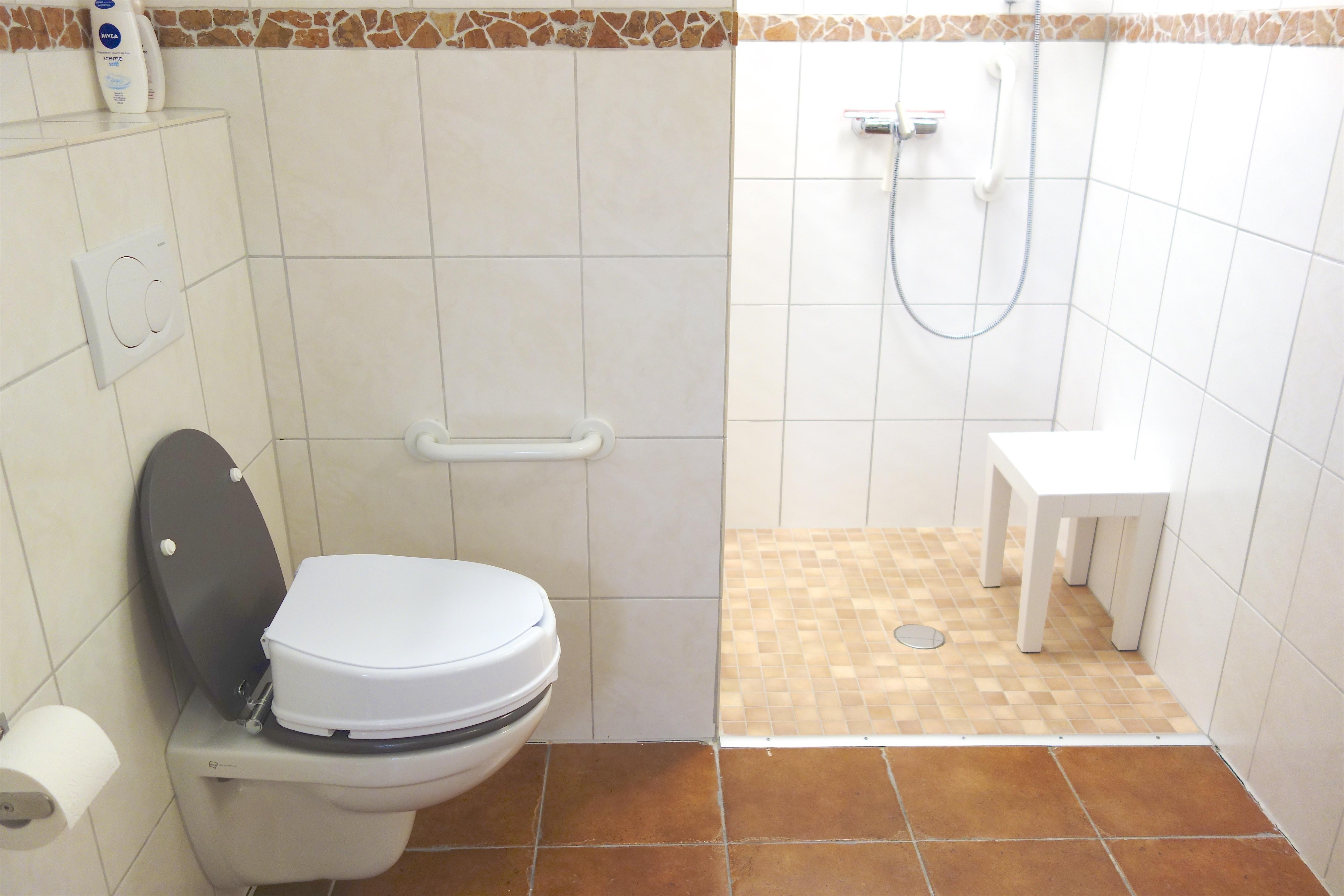Badezimmer. Dusch-Hocker und WC Sitz-Erhöhung als zusätzliche Ausstattung.