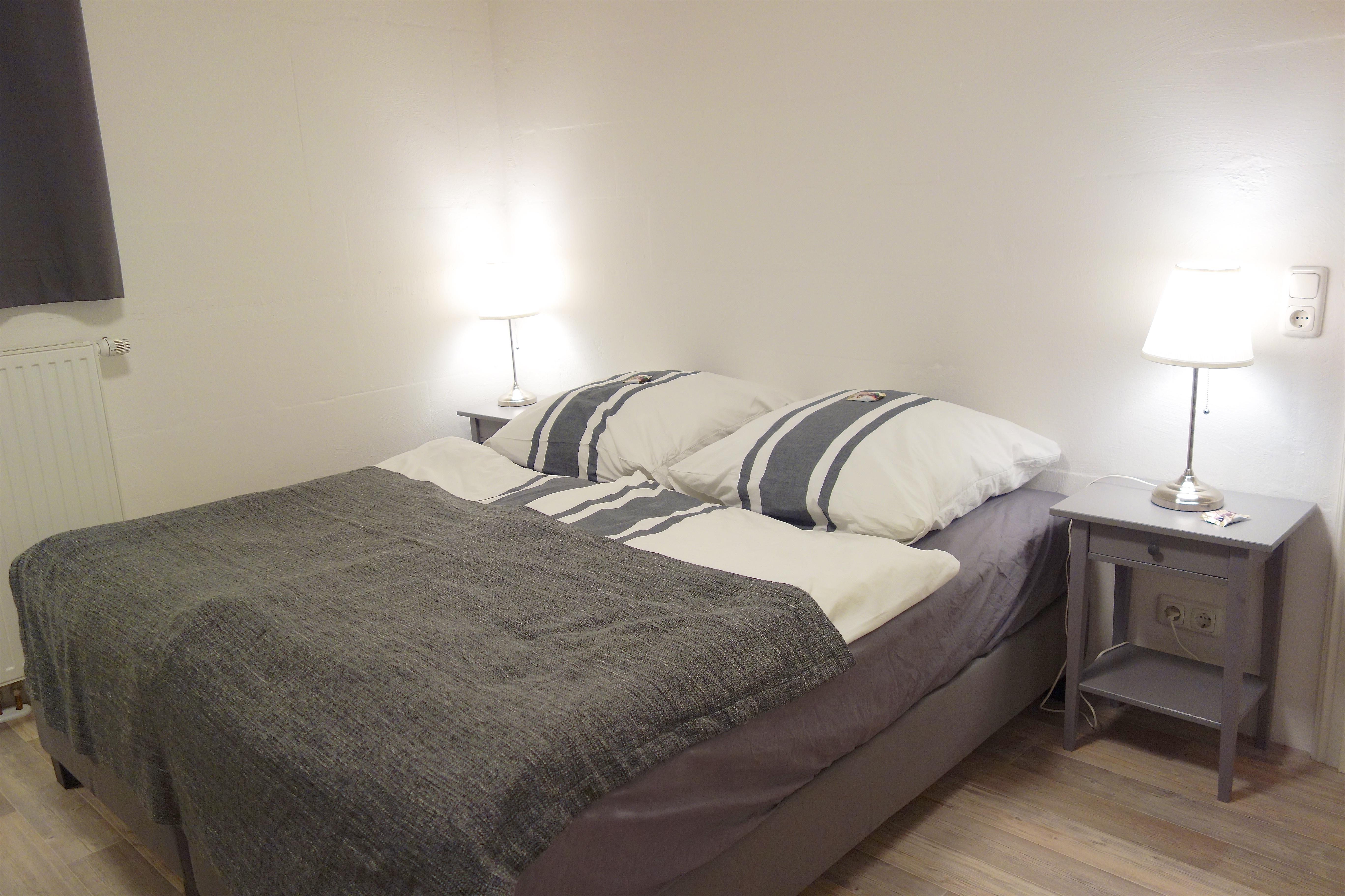 Schlafzimmer. Doppelbett mit festen Matratzen