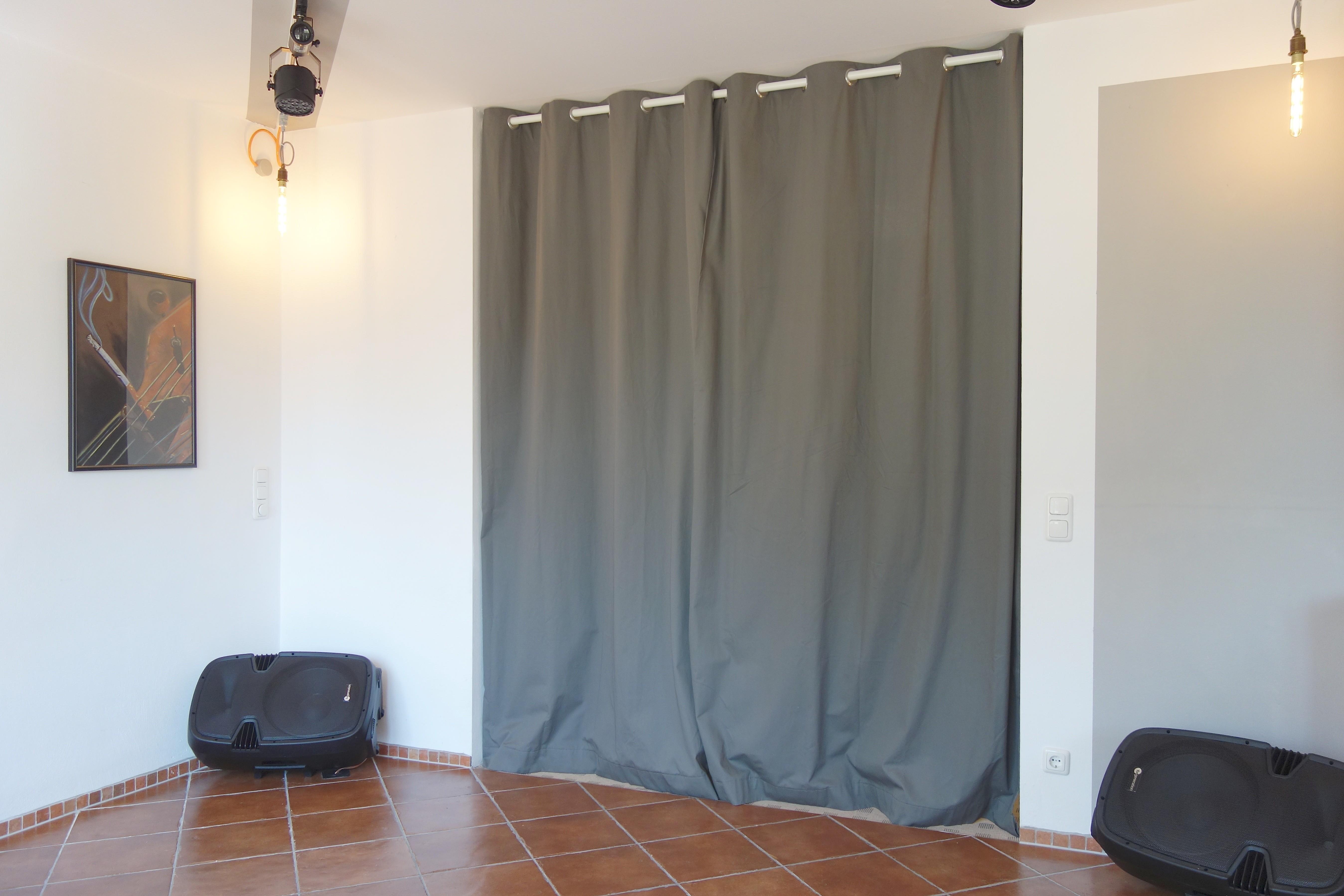 Tanzfläche. Die kräftigen Lautsprecherboxen sind vom Wohnzimmer aus bespielbar.