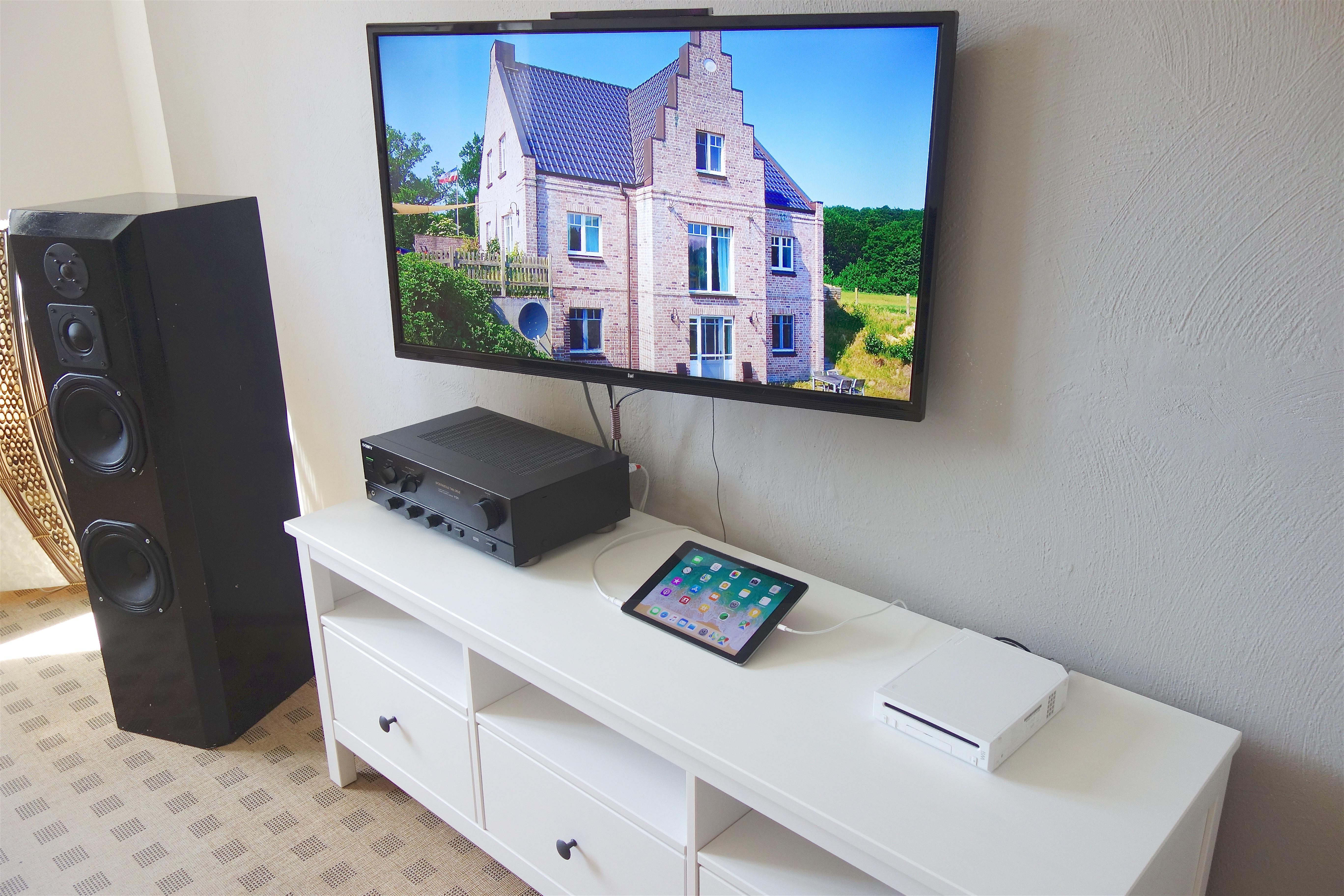 Wohnzimmer. Verstärker, Smart-TV und Wii Konsole