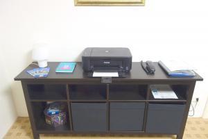 Konferenzraum. Festnetz-Telefon, Multifunktionsdrucker. WLAN-Router. LAN-Anschluss.